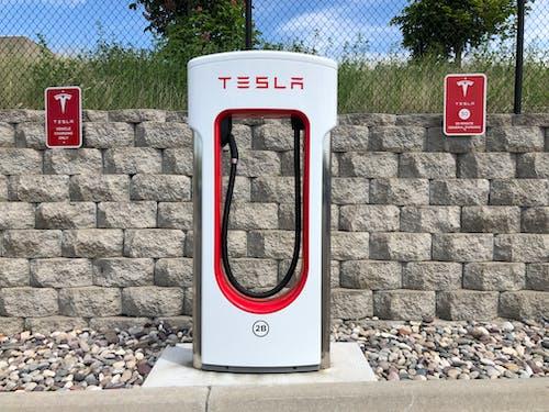 Foto profissional grátis de carregador de carro elétrico, carregador tesla, carro eletrico