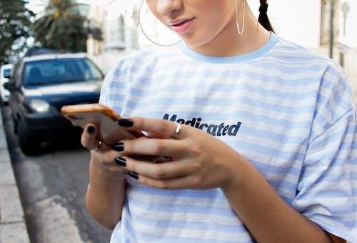Foto d'estoc gratuïta de dempeus, dona, enviant missatges, primer pla