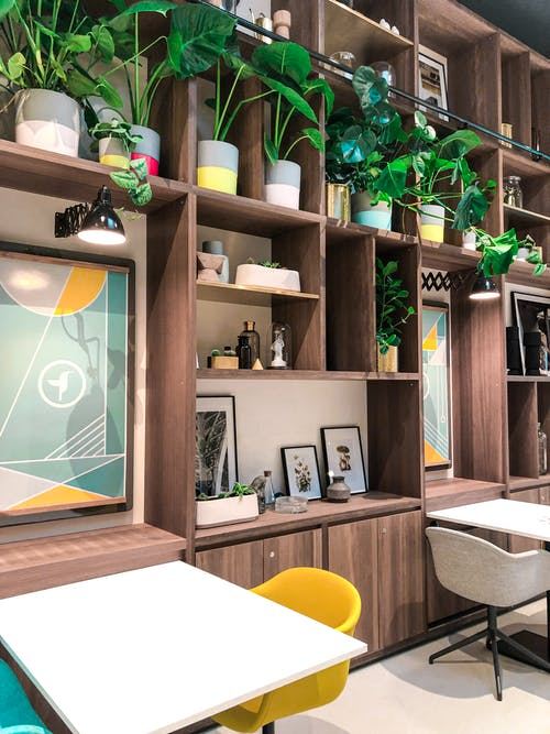 Gratis lagerfoto af arkitektur, bord, hylde, indendørs