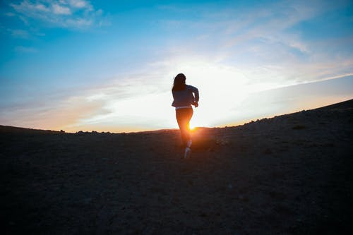 Бесплатное стоковое фото с авантюрист, бег, вид сзади, восход