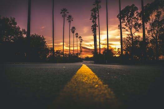 Camino en la ciudad durante la puesta del sol