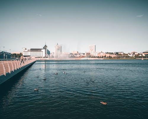 binalar, Çeşme, deniz, deniz kenarı içeren Ücretsiz stok fotoğraf