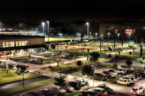 Gratis lagerfoto af aften, atletisk felt, belyst, biler