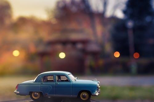 Kostenloses Stock Foto zu auto, automobil, blau, bürgersteig
