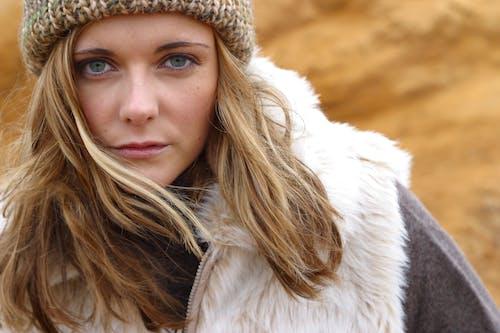 (頂部有小羊毛球的)羊毛帽子, 冷, 女人, 毛皮 的 免費圖庫相片