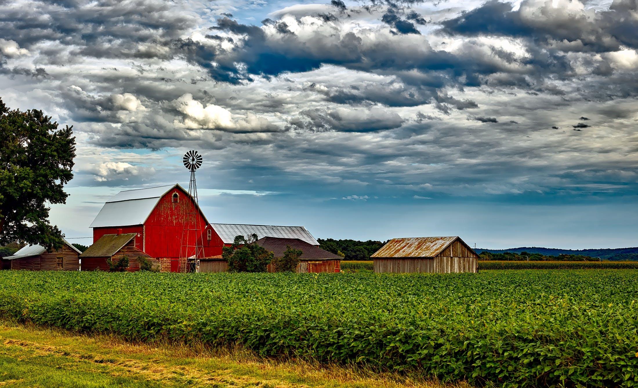 Kostenloses Stock Foto zu landschaft, häuser, wolken, feld