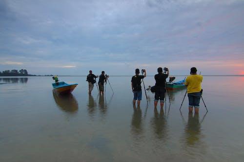 Základová fotografie zdarma na téma čluny, dospělí, fotoaparáty, krajina
