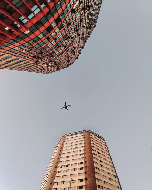 Foto profissional grátis de aeronave, arquitetura, arranha-céus, asas de aeronave