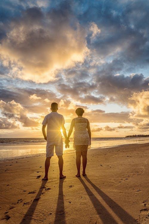 Безкоштовне стокове фото на тему «єднання, берег моря, відпустка, вид ззаду»