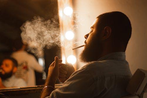 Foto d'estoc gratuïta de adult, barba, barba atofada, cigarret