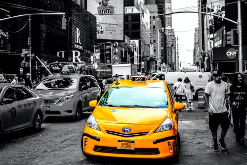 Imagine de stoc gratuită din alb-negru, automobil, cabinele galbene, drum