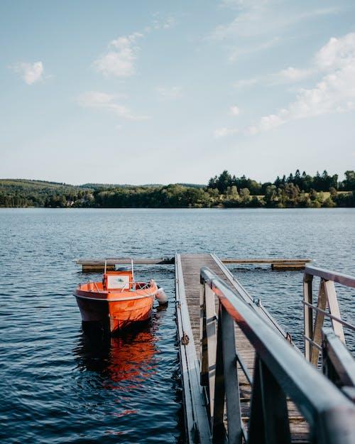 Rıhtımın Yanında Su Gövdesinde Turuncu Tekne