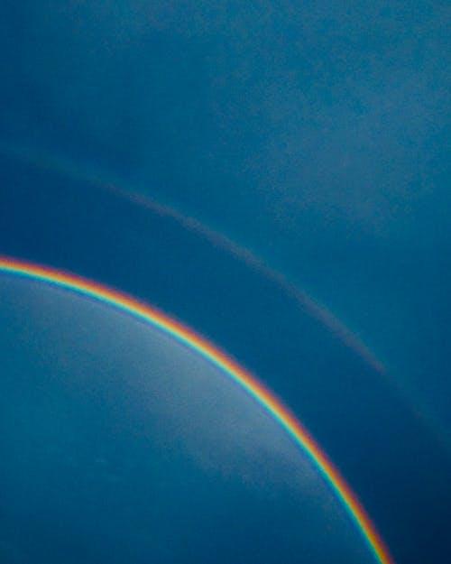 Fotos de stock gratuitas de arco iris, cielo azul, colores del arco iris