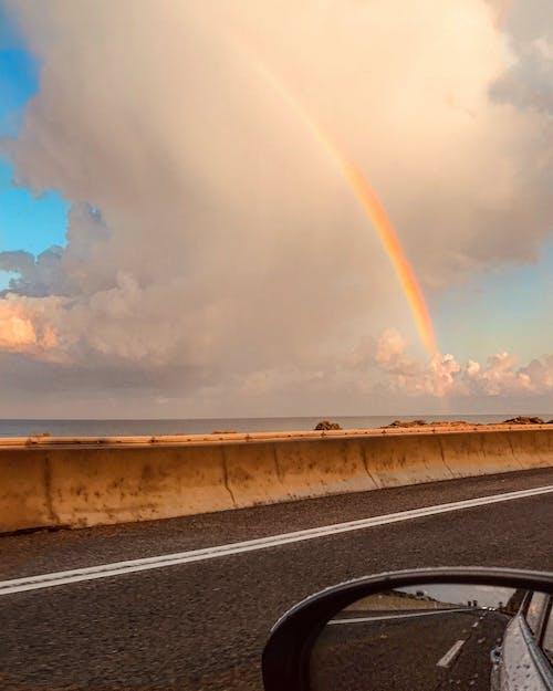 Gratis stockfoto met autospiegel, oceaan, regenboog, regenboogkleuren