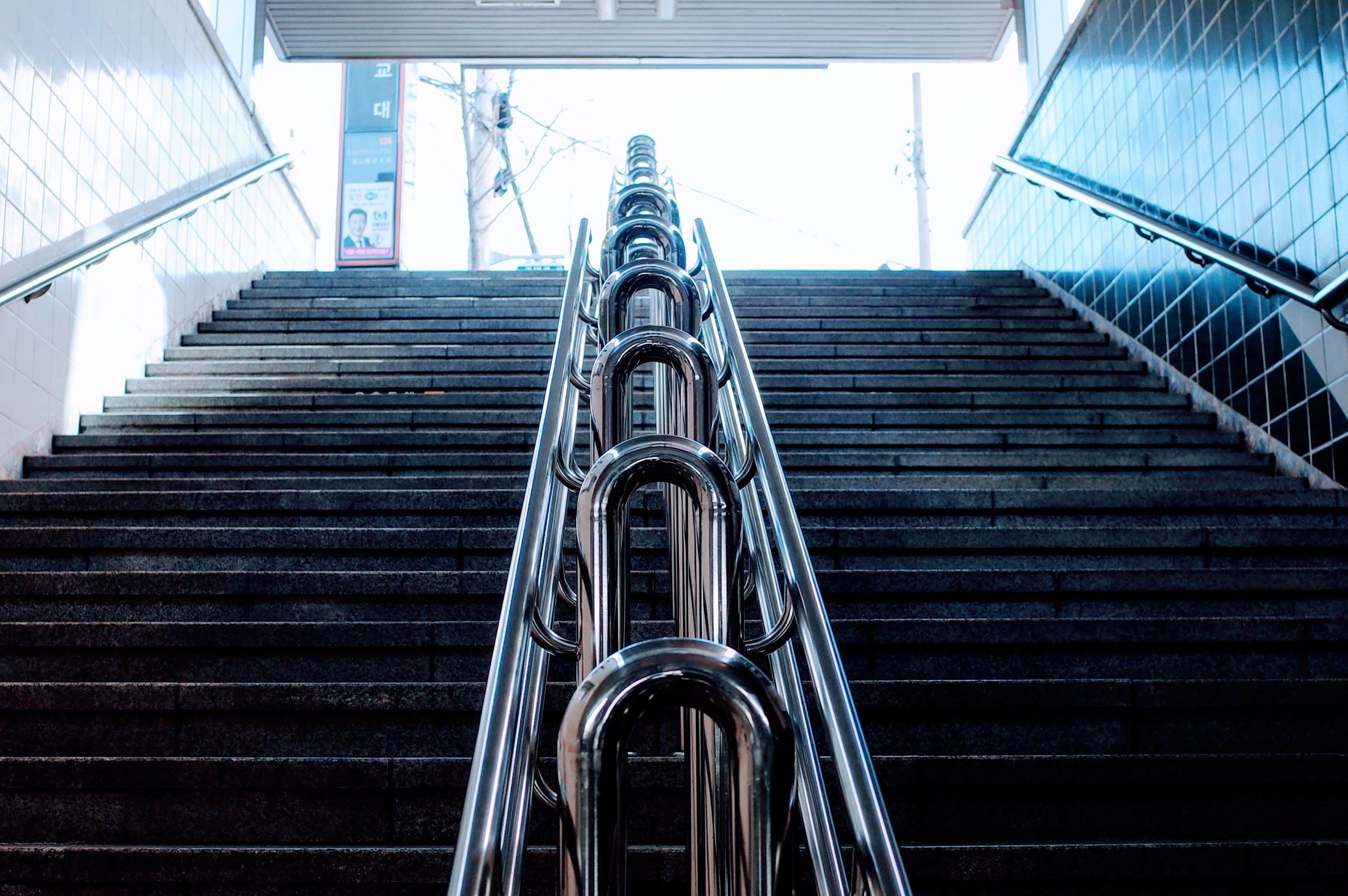 Kostenloses Stock Foto zu architektur, aufnahme von unten, balustraden, perspektive