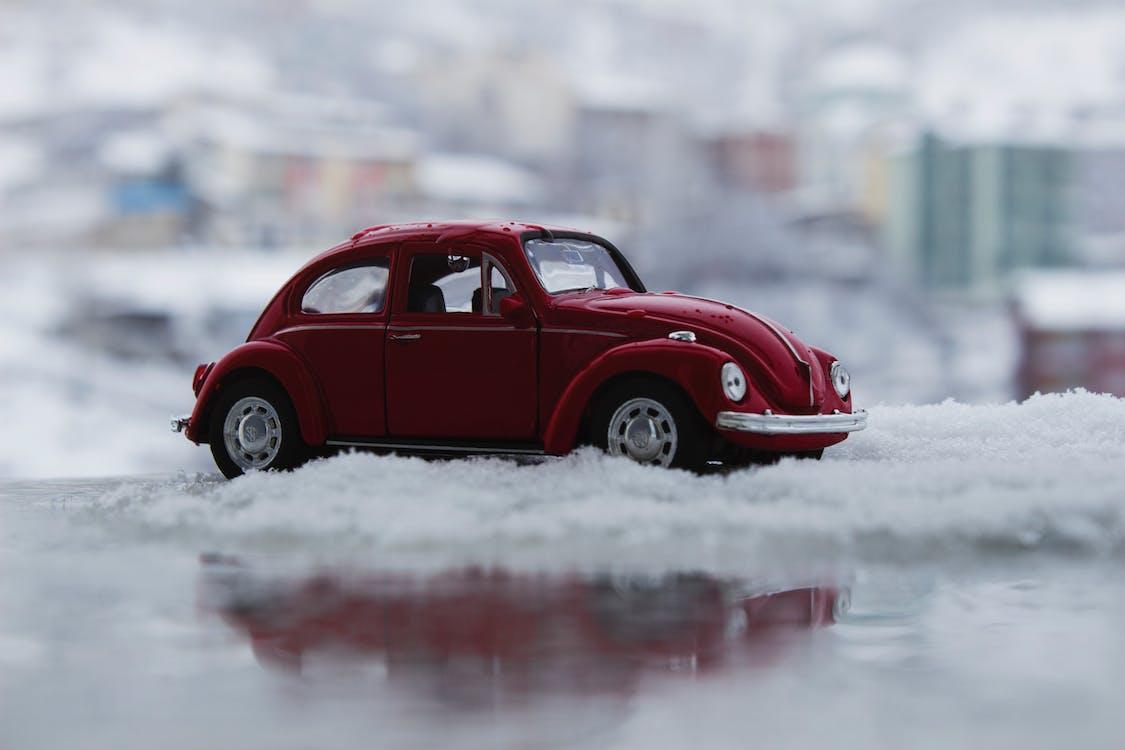 Rode Speelgoedauto In De Sneeuw