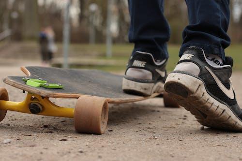 Foto profissional grátis de andar de esqueite, ao ar livre, chão, comprido