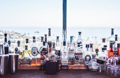 Ilmainen kuvapankkikuva tunnisteilla baari, juoma, juomalasi, pullot