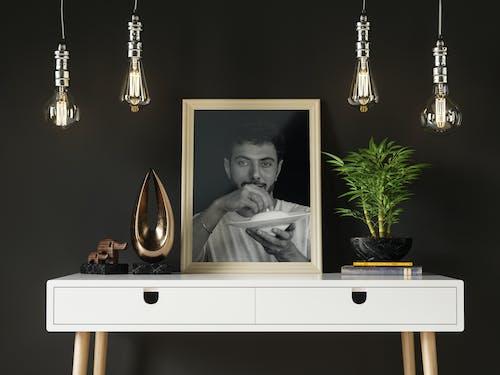 Základová fotografie zdarma na téma bílý stůl, černobílá, dřevěný rám, dřevěný stůl