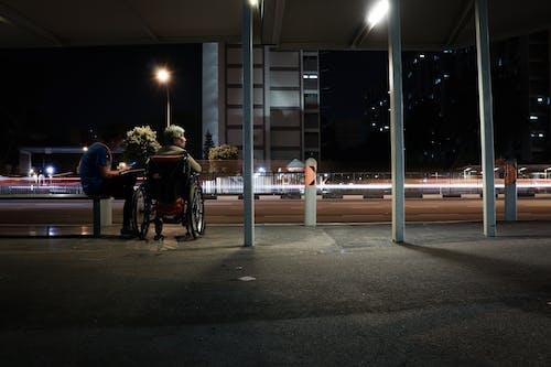 eski, hizmetçi ile otobüs bekleyen kadınlar, ihtiyar, yaşlı içeren Ücretsiz stok fotoğraf