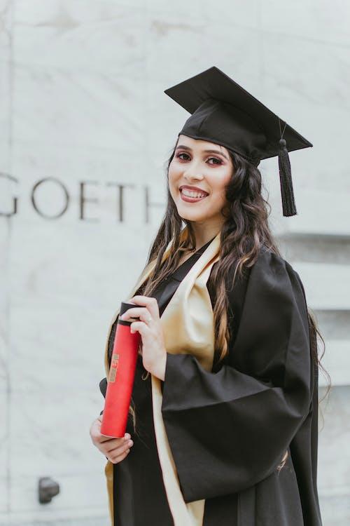 Бесплатное стоковое фото с академические регалии, брюнетка, выборочный фокус, выпускник