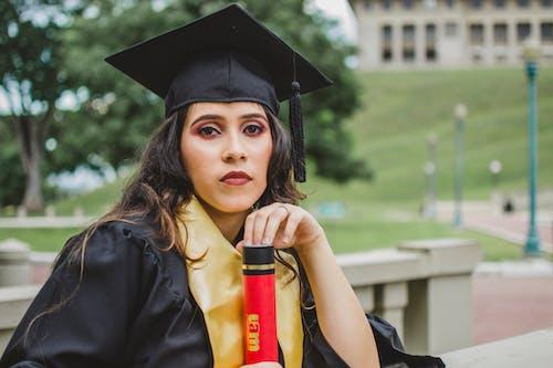 Бесплатное стоковое фото с выпускник, выпускной колпачок, диплом, женщина