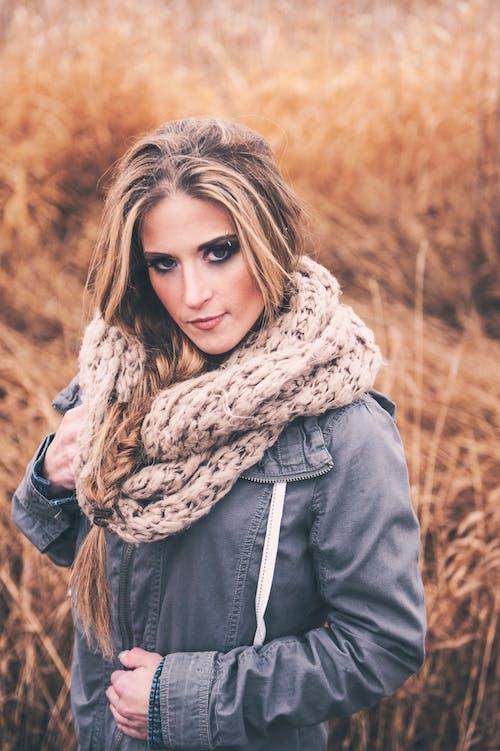 갈색 머리, 눈 화장, 서 있는, 셀렉티브 포커스의 무료 스톡 사진