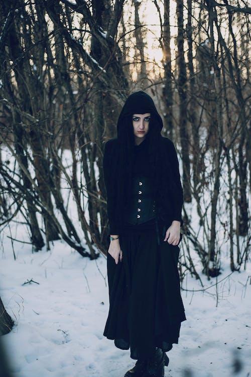 Kostenloses Stock Foto zu fashion, frau, hübsch, kalt