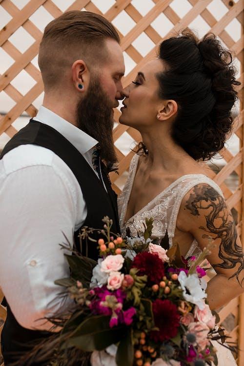 kiss, おとこ, カップル, フラワーズの無料の写真素材