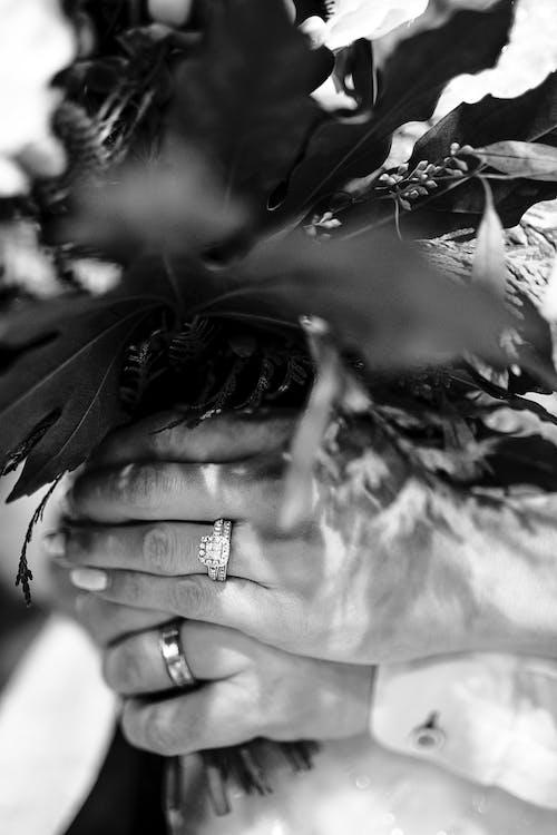 戴著花束的人的灰度攝影