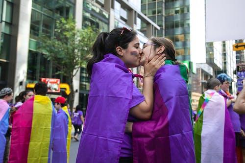 Immagine gratuita di affetto, baciando, coppia, donne