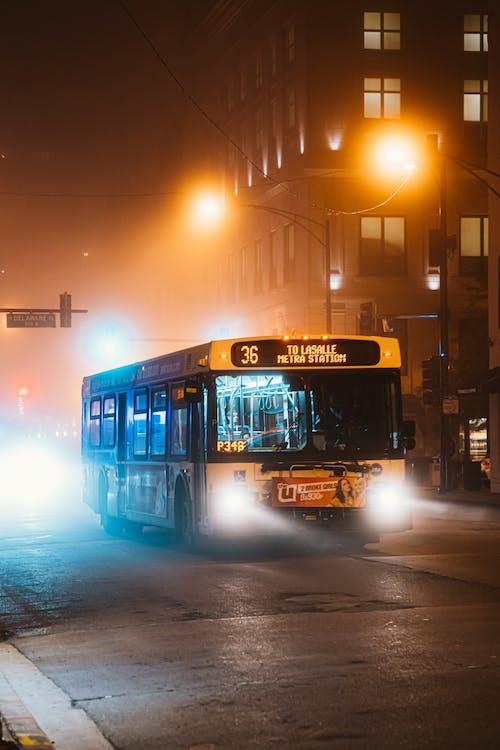 Бесплатное стоковое фото с автобус, асфальт, вечер, город