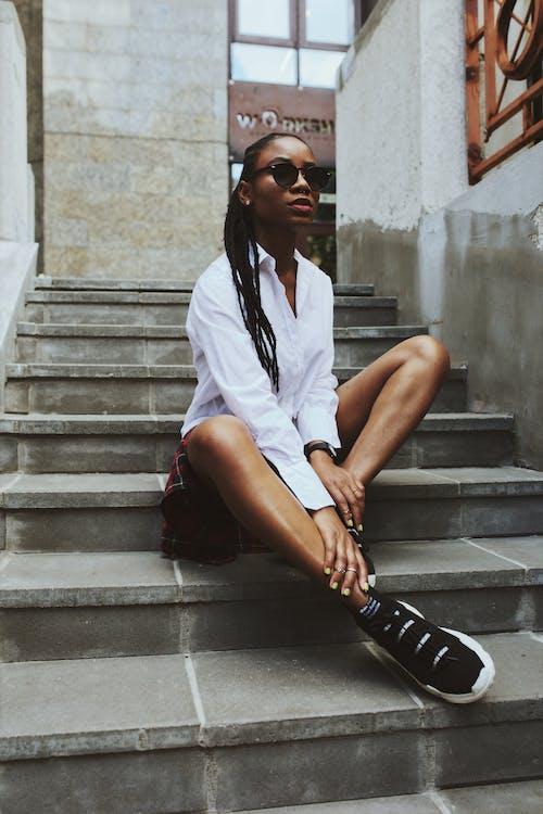 Afričanka, Afroameričanka, biela blúzka