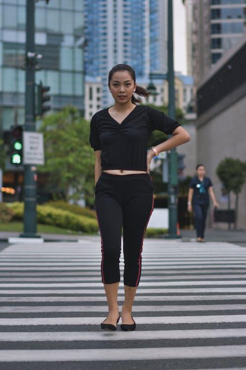 Mujer Caminando Por El Carril Peatonal