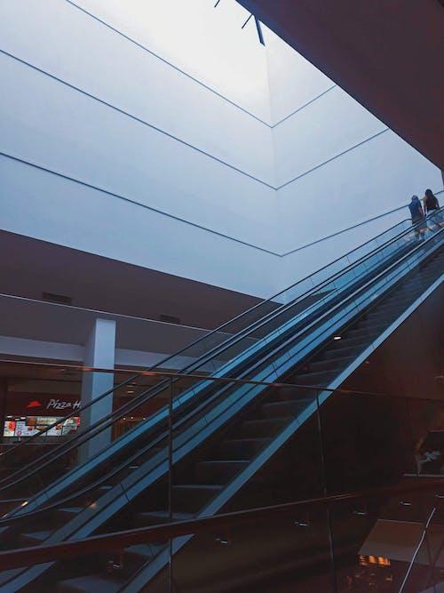 Foto profissional grátis de arquitetura, construção, dentro de casa, escadas rolantes