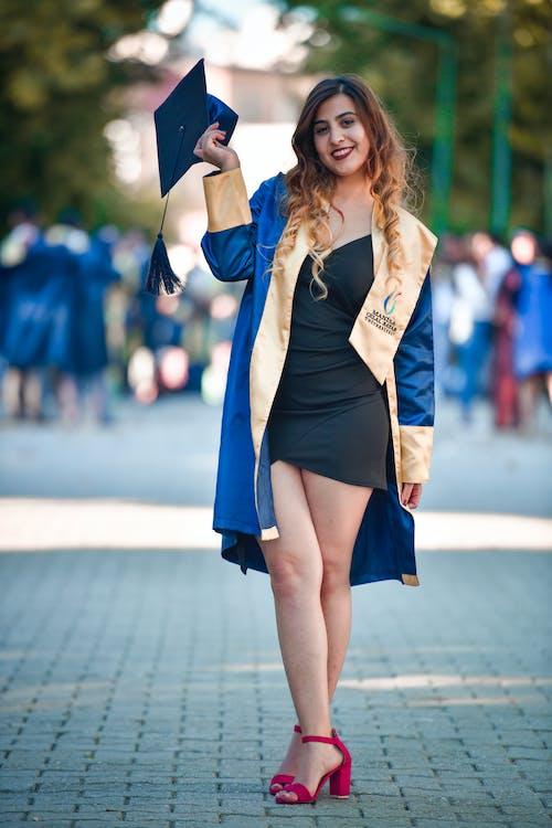 Photos gratuites de beau, cérémonie de remise des diplômes, diplômé, femme