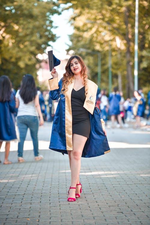 Foto d'estoc gratuïta de graduació, graduar, tapa de graduació, vestit