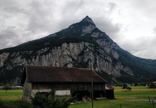Gratis arkivbilde med fjell, gård, grønn, hus