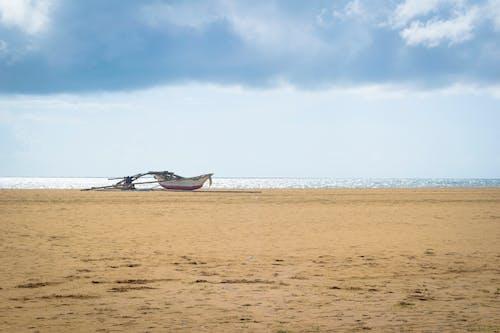 Základová fotografie zdarma na téma člun, moře, mraky, plážový písek