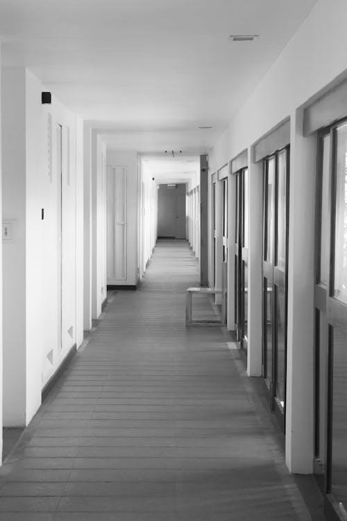 Základová fotografie zdarma na téma černobílá, koridor, minimalistický, osamělý