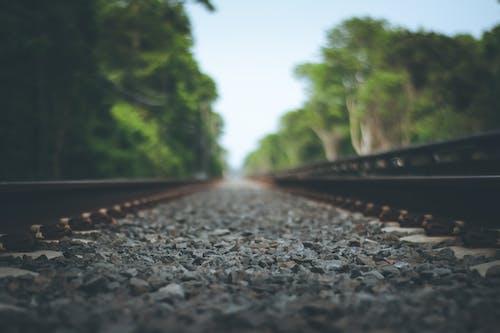 Fotobanka sbezplatnými fotkami na tému koľaj, predmestie, trať, železnica