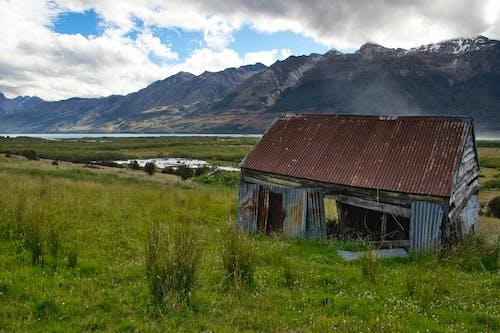 bulutlar, çayır, dağlar, harabe içeren Ücretsiz stok fotoğraf