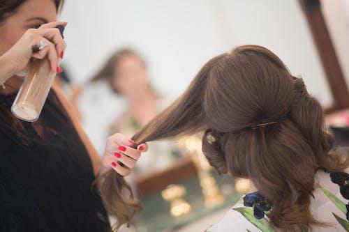 Základová fotografie zdarma na téma brunetka, kadeřník, klient, sprejování