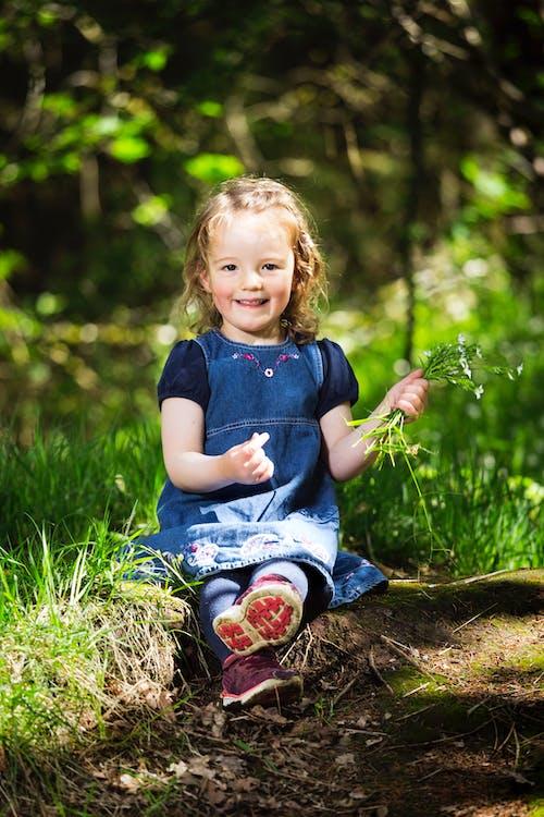 Immagine gratuita di adorabile, bambino, campo d'erba, carino