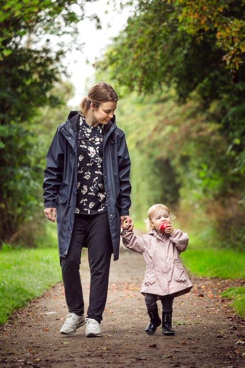 Foto d'estoc gratuïta de amor, bebè, camí, caminant