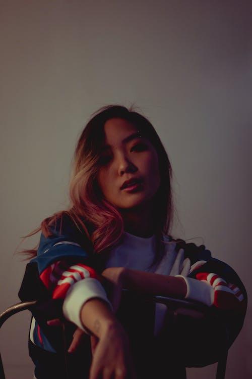 Ingyenes stockfotó ázsiai nő, bámul, barna, fehér háttér témában
