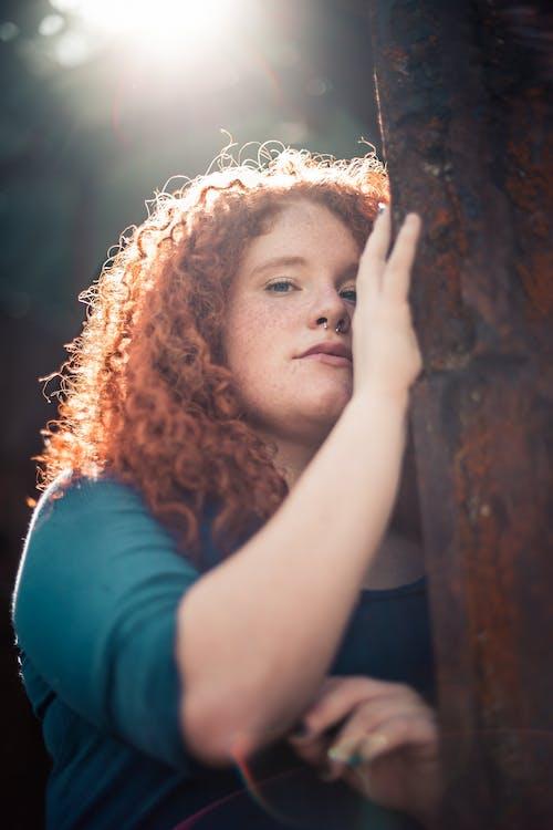 低頭看, 太陽眩光, 女人, 捲髮 的 免費圖庫相片