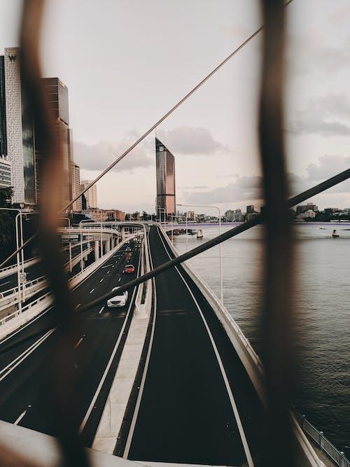Základová fotografie zdarma na téma architektura, auta, centrum města, cestování