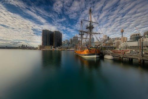 Ilmainen kuvapankkikuva tunnisteilla pilvet, purjelaiva, satama, sininen taivas