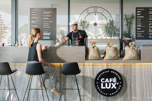 Бесплатное стоковое фото с бариста, в помещении, женщина, кафе